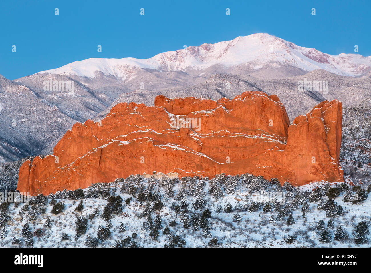 USA, Colorado, Colorado Springs. Pikes Peak and sandstone formation of Garden of the Gods. Credit as: Don Grall / Jaynes Gallery / DanitaDelimont. com - Stock Image
