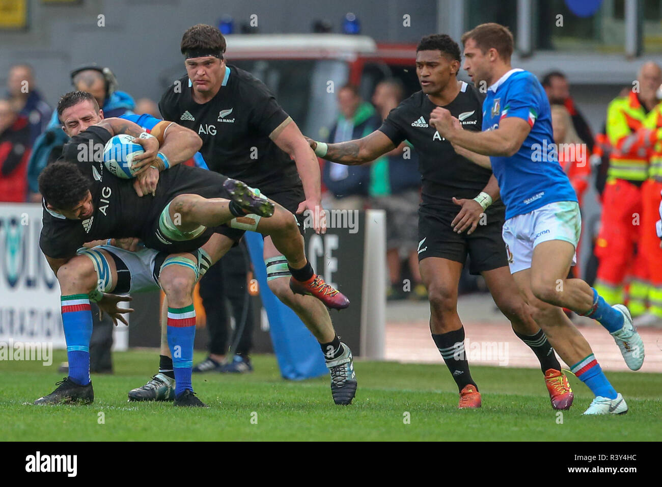 Stadio Olimpico, Rome, Italy. 24th Nov, 2018. Autumn International rugby, Italy versus New Zealand; Ardie Savea of New Zealand and Abraham Steyn of Italy fight for the ball Credit: Action Plus Sports/Alamy Live News - Stock Image