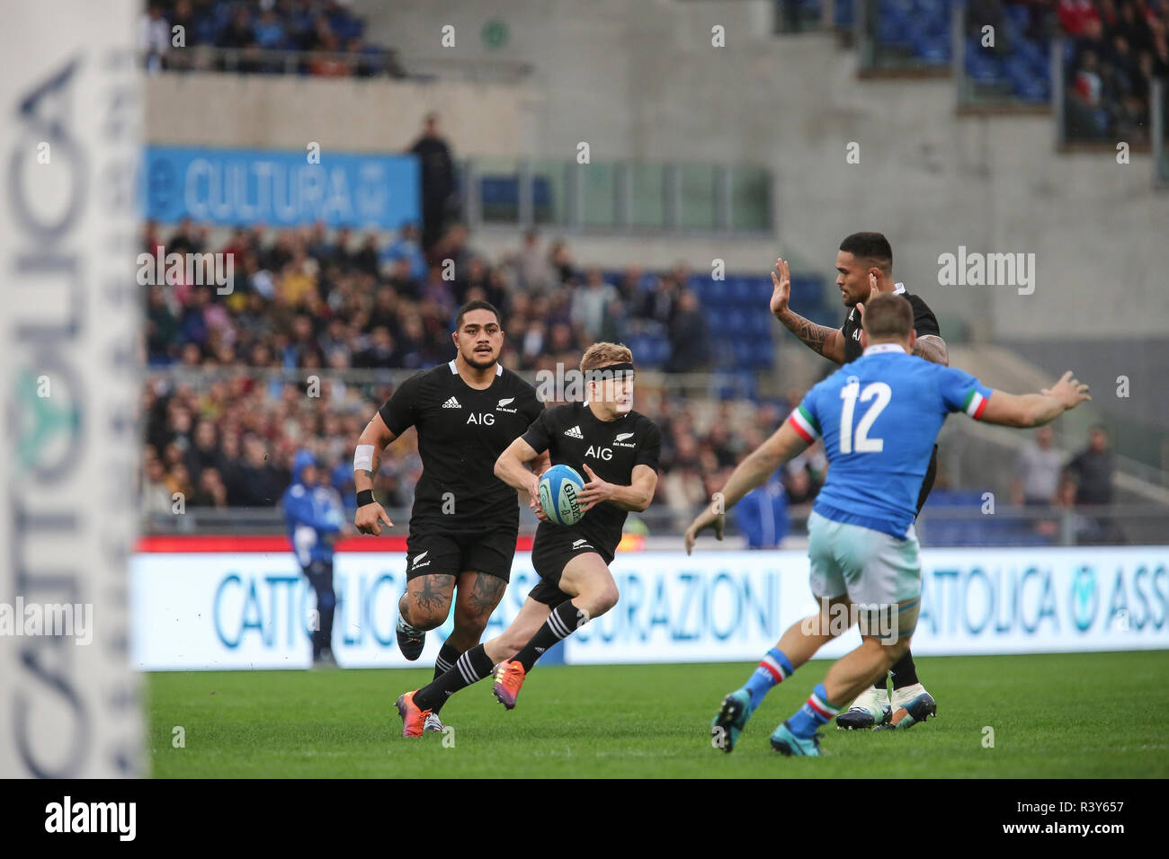 Roma, Italy. 24th November, 2018. All Blacks' full back Damian McKenzie carries the ball in the match against Italy in November Cattolica Test Match 2018 Credit: Massimiliano Carnabuci/Alamy Live News - Stock Image