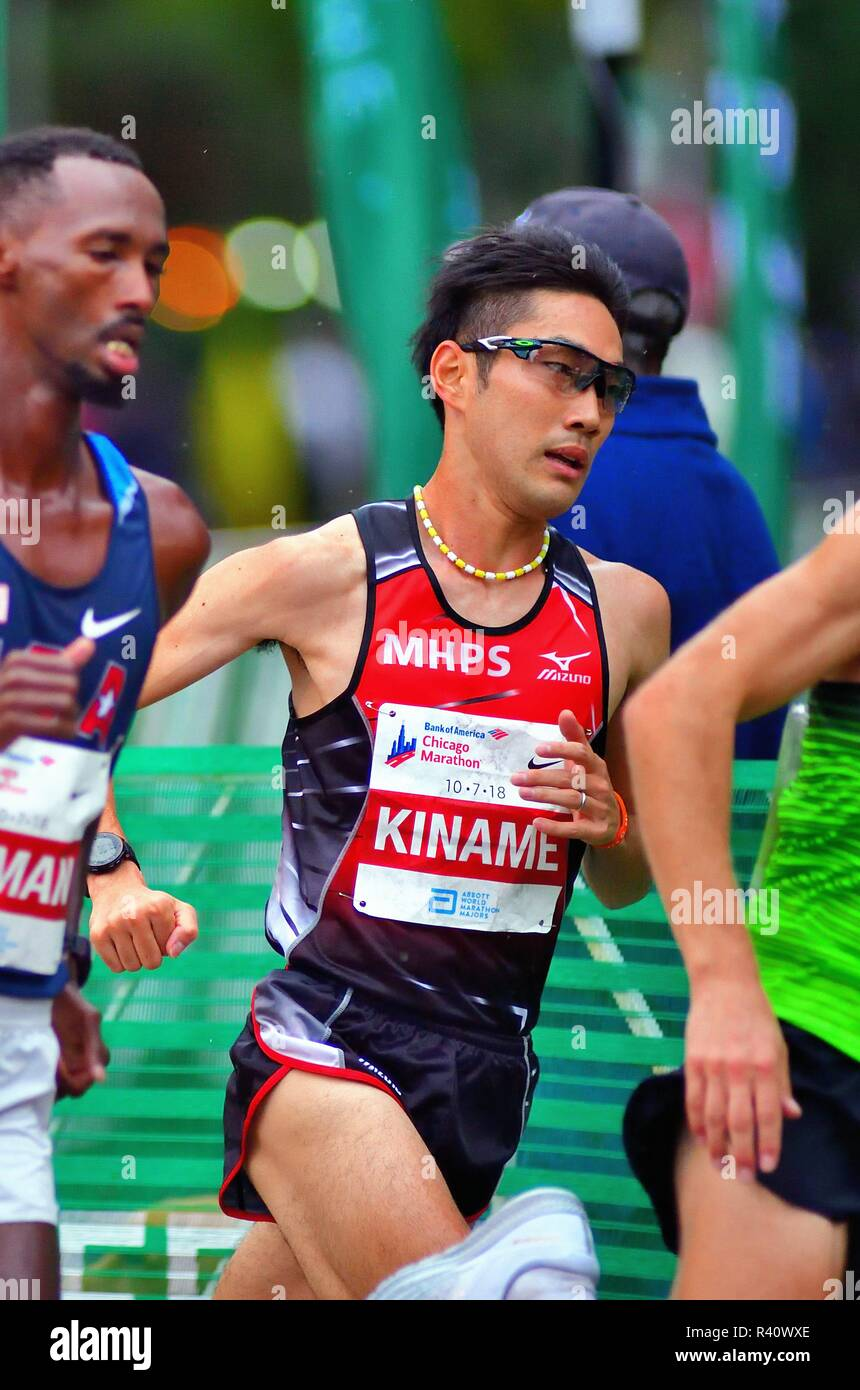 Chicago, Illinois, USA. Ryo Kiname within a cluster of elite runners negotiating a turn during the 2018 Chicago Marathon. - Stock Image