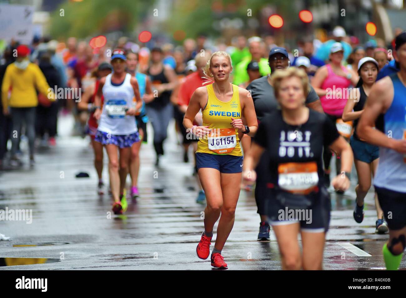 Chicago, Illinois, USA. A runner from Sweden, Erika Kaspersson, isolated within a sea of runners at the 2018 Chicago Marathon. - Stock Image