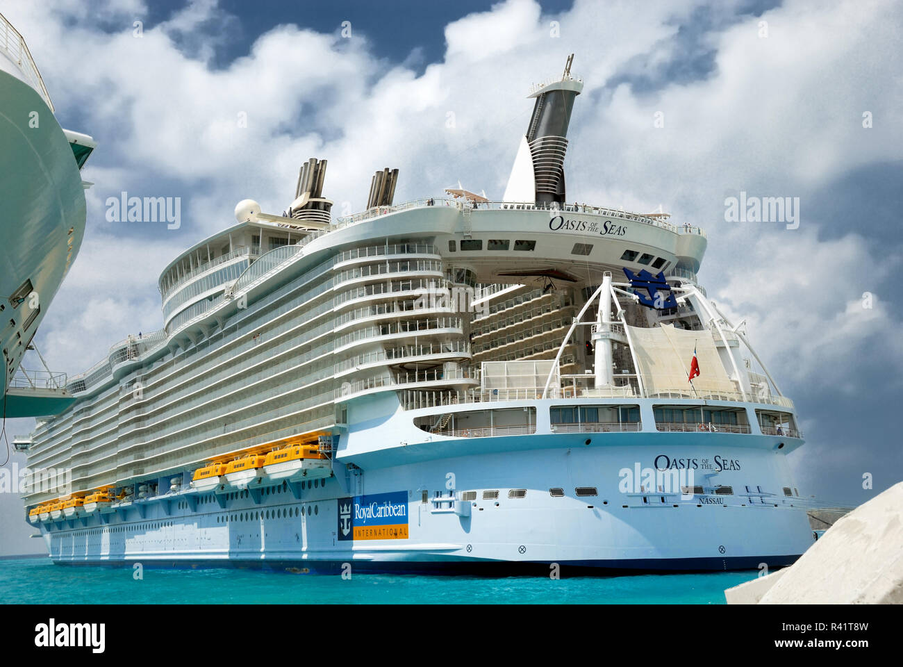 Oasis of the Seas, docked at St. Maarten.  The aft of the ship incorporates an outdoor aqua theatre where high dive shows are performed.  Also visible - Stock Image