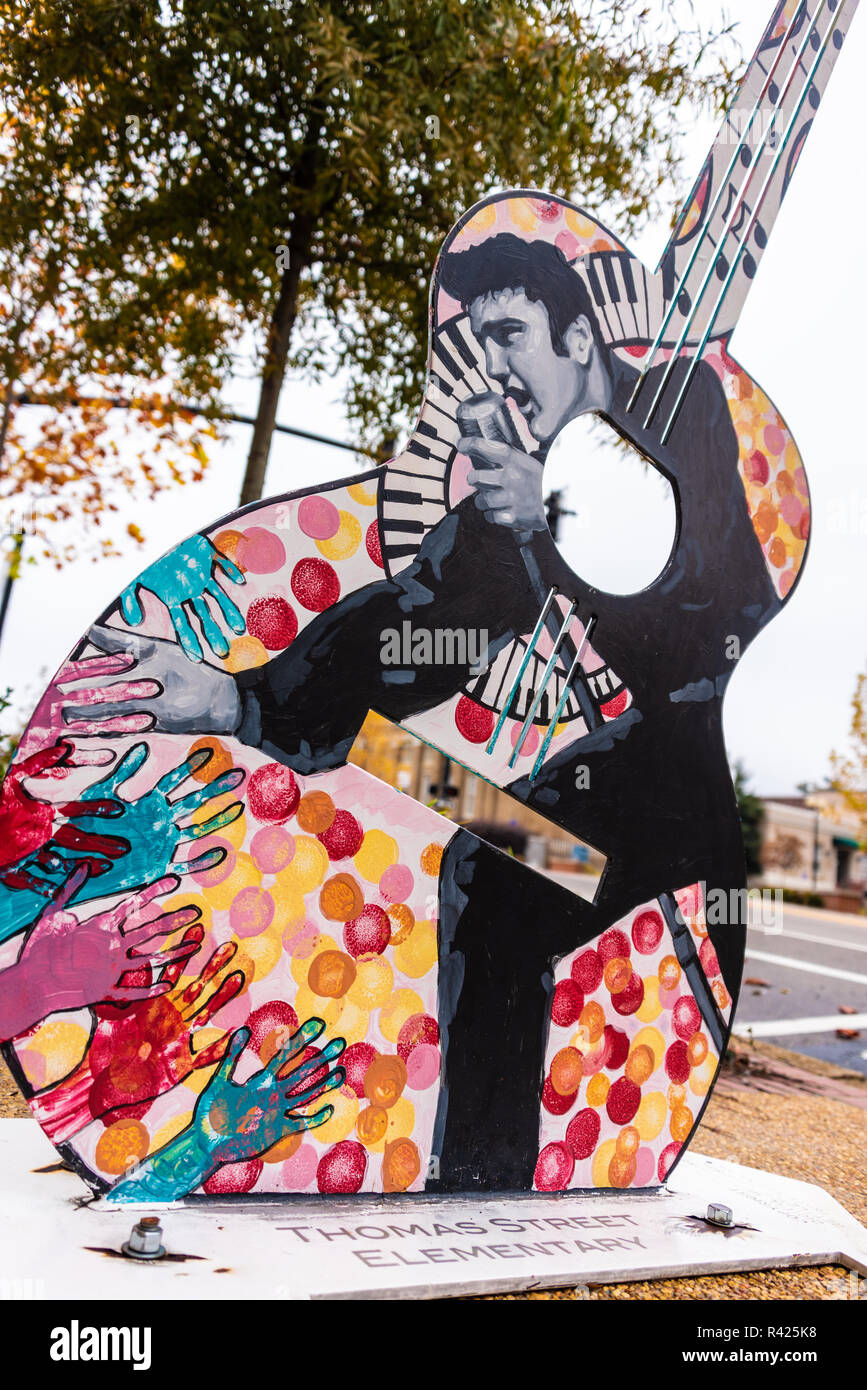Elvis Presley guitar sculpture in downtown Tupelo, Mississippi. (USA) - Stock Image