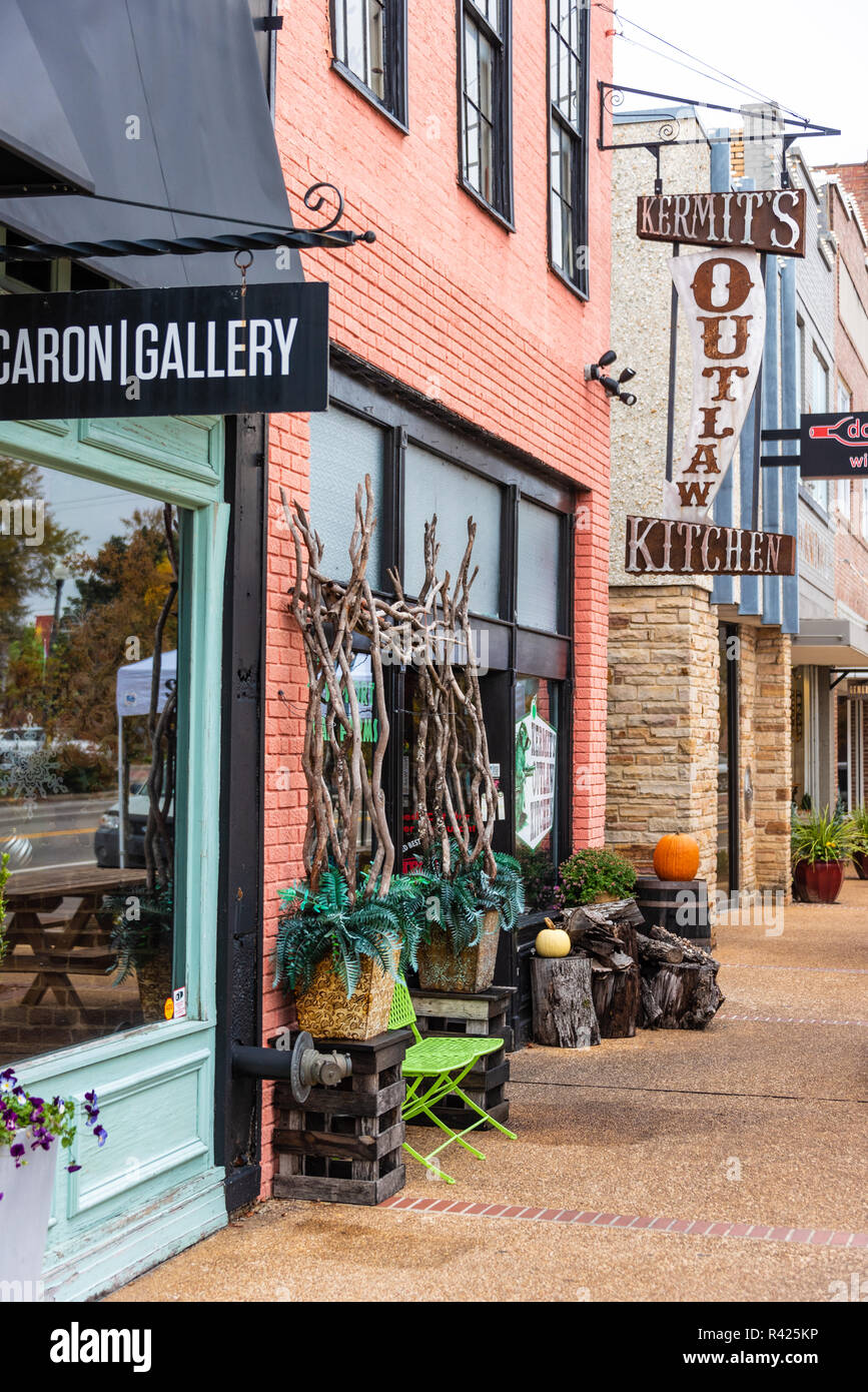 Downtown Tupelo, Mississippi shops on Main Street. (USA) - Stock Image