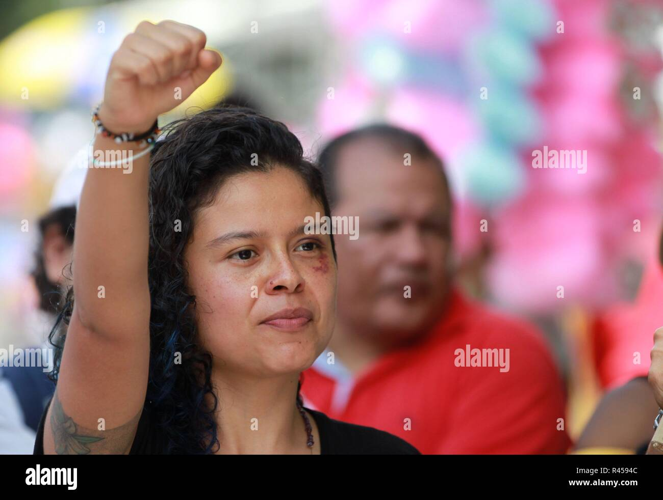 Cali, Colombia. 25th Nov, 2018. Dozens of people march against machist violence, in the framework of the International Day of Nonviolence against Women, in Cali, Colombia, 25 November 2018. The Ombudsman's Office warned today that 42% of the aggressors of women in Colombia are 'couples, ex-partners or people known to the victim', according to data collected by the entity after guiding and dealing with cases in different parts of the country. Credit: Ernesto Guzman Jr/EFE/Alamy Live News - Stock Image