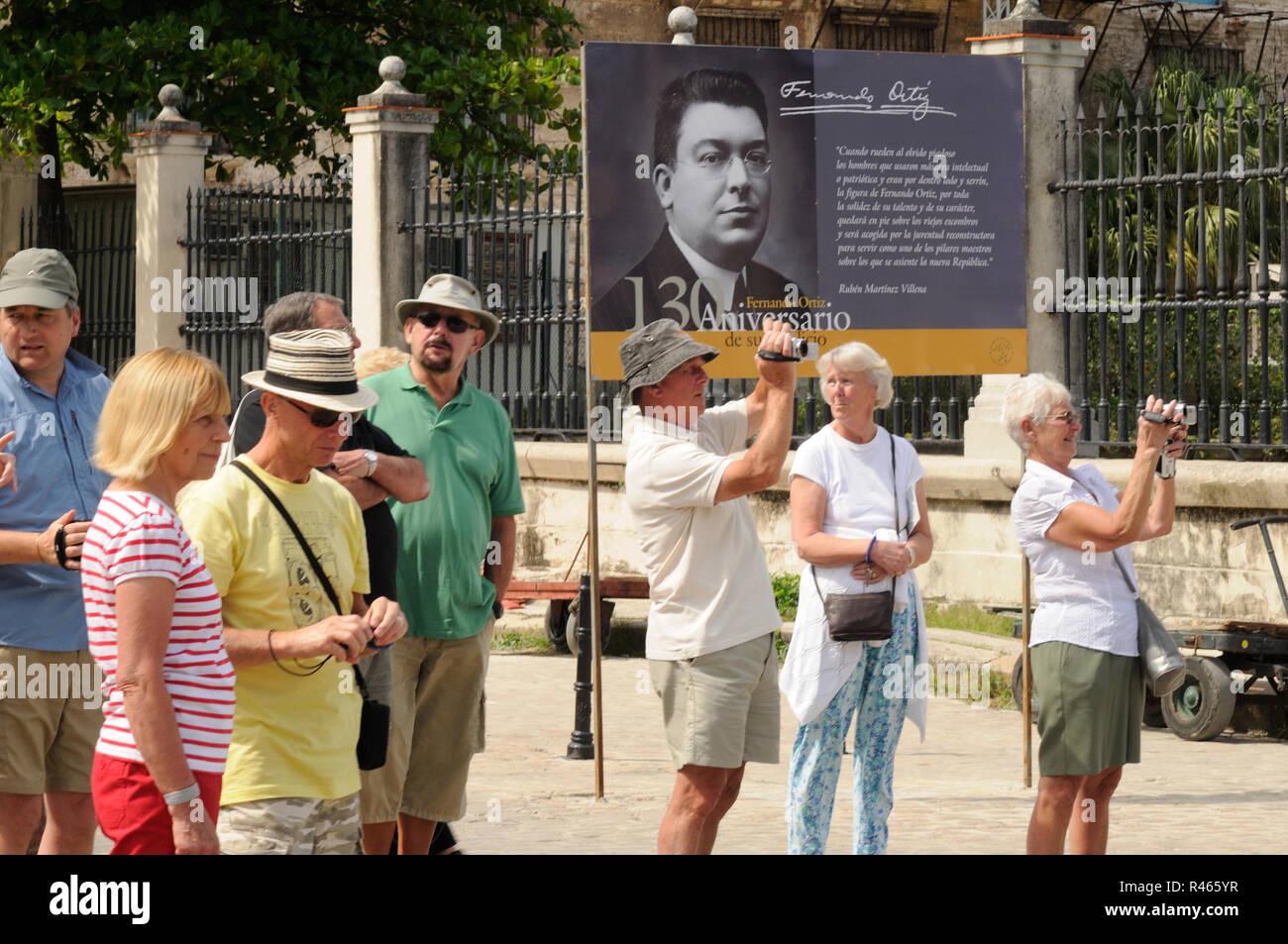 Westliche Touristen in Havanna am filmen und fotografieren. Western tourists filming in Havanna-City - Stock Image