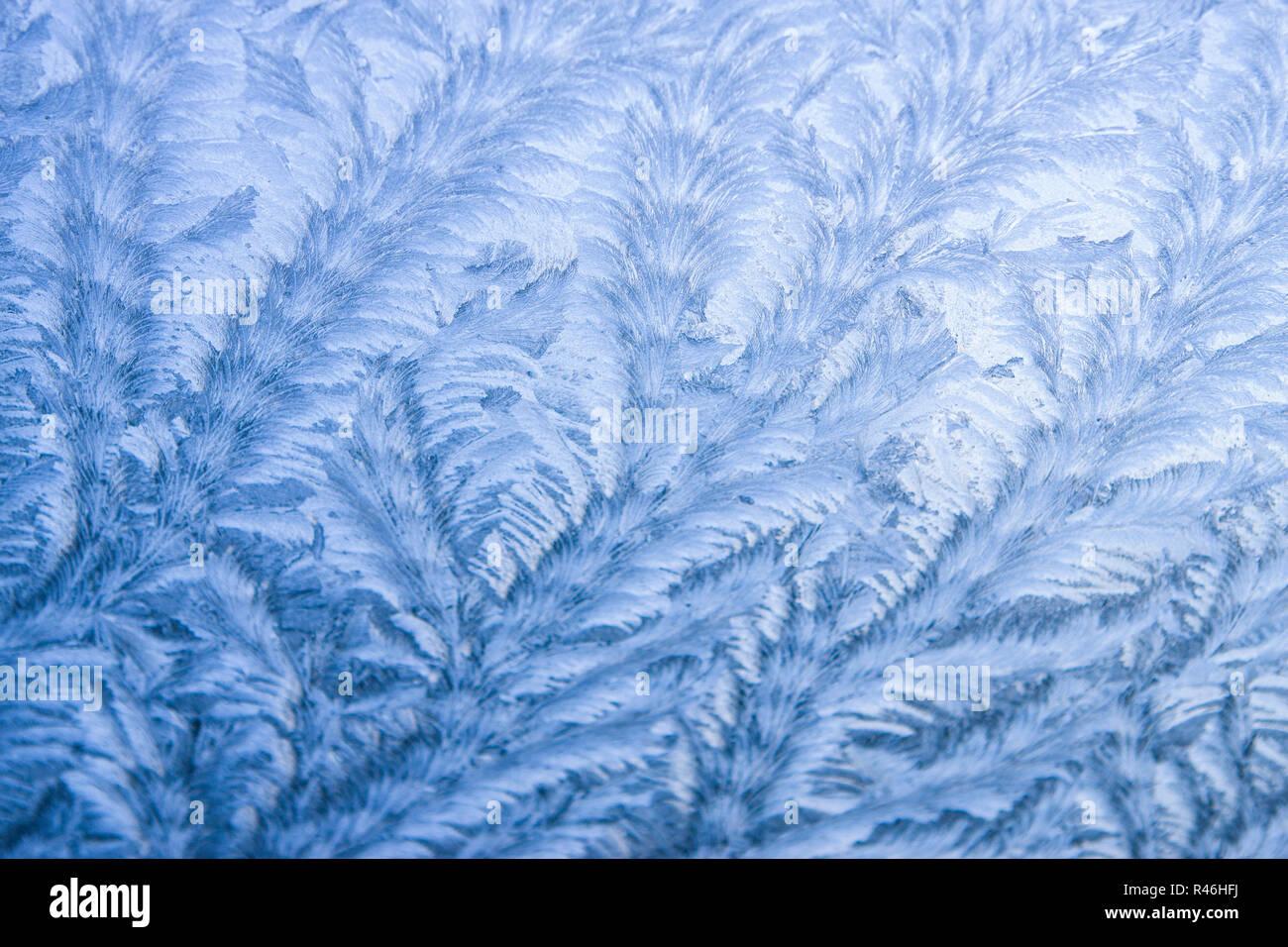 Das Foto zeigt eine Aufnahme eines gefrorenen Fensters im Morgenlicht Stock Photo