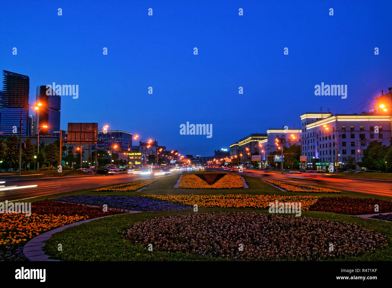 Moscow, Russia July, 2016, , View of the Triumphal Arch on Kutuzov Avenue in the evening and traces of moving vehicles along the road. - Stock Image