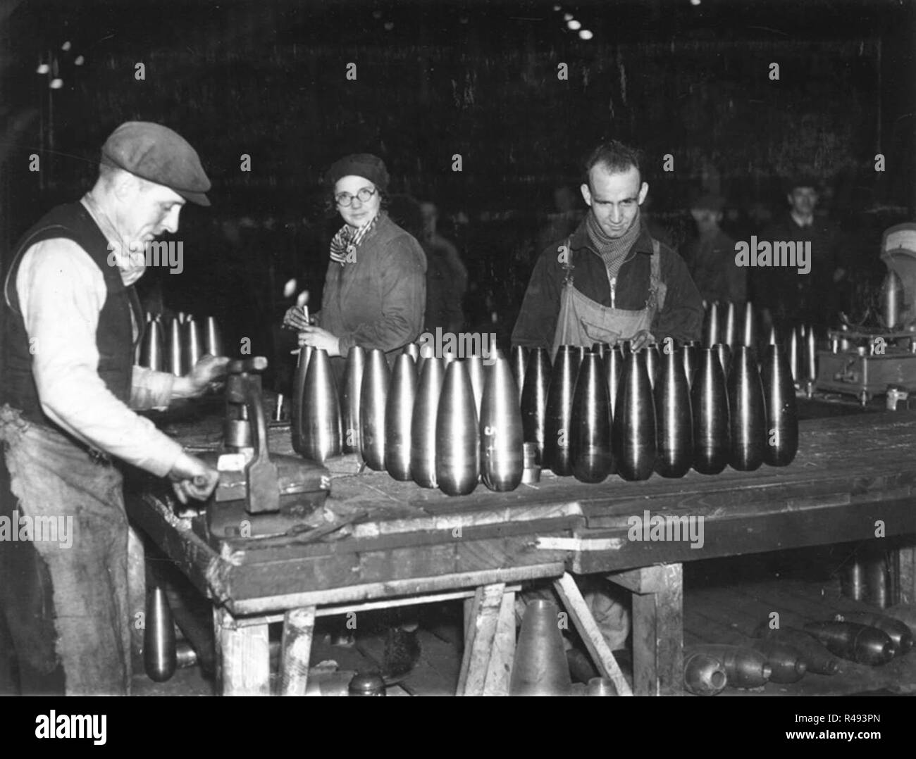 Gauging 4.2 inch trench mortar bombs in the Shell Department, Elswick Works, Newcastle upon Tyne, 2 December 1942 - Stock Image