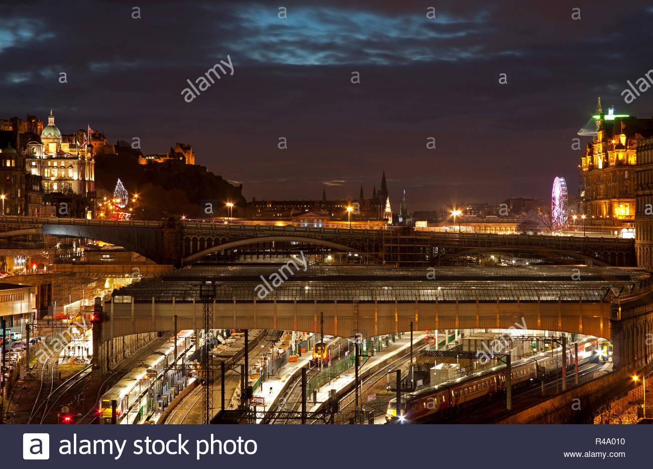 Edinburgh, Scotland, UK. 26 Nov. 2018. Weather, a calm cloudy dusk over Edinburgh city centre with trains in Waverley station. Stock Photo