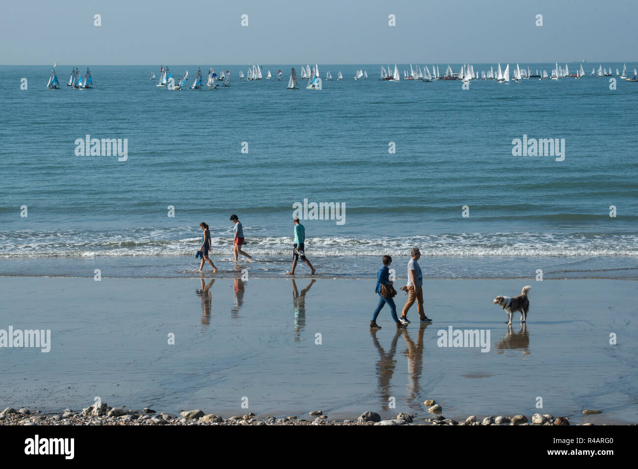 Le Havre (Normandy, north western France): walkers on the beach and sailboats in the background - Stock Image