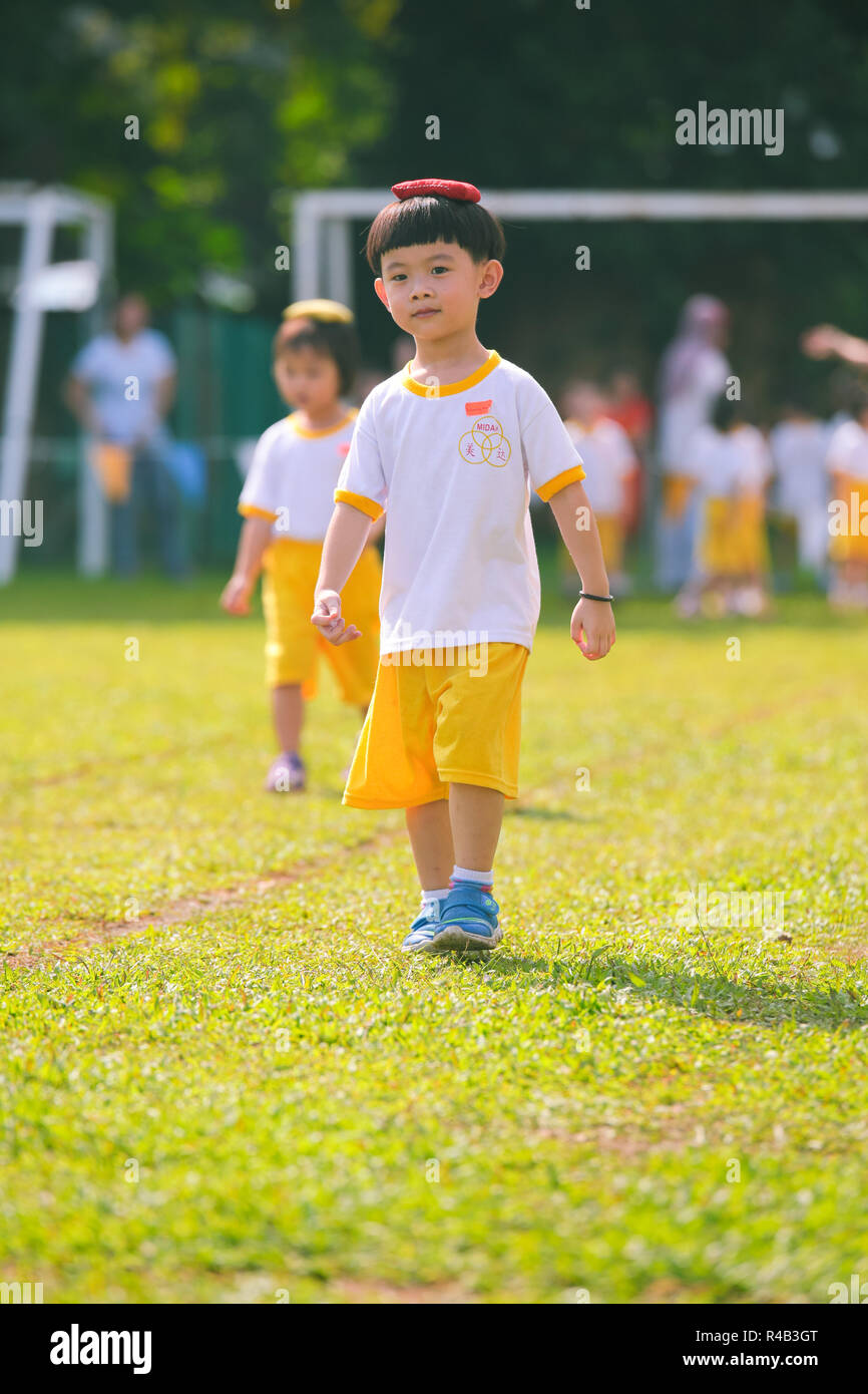 Children playing bean bag competition during their kindergarten sports day - Stock Image