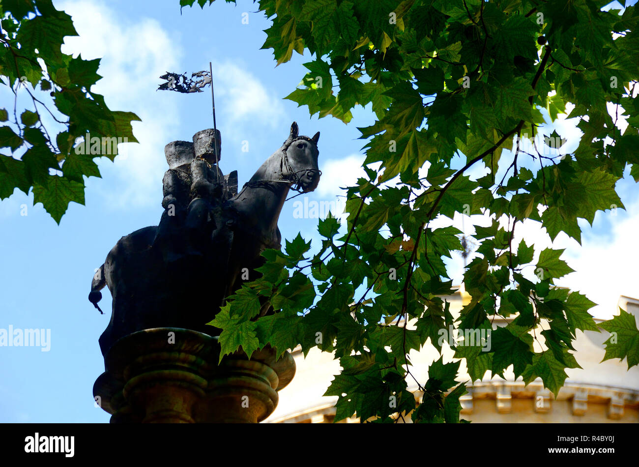 Knights Templar Column (Nicola Hicks: 2000) - statue in Church Court, Inner Temple, central London, England, UK. - Stock Image