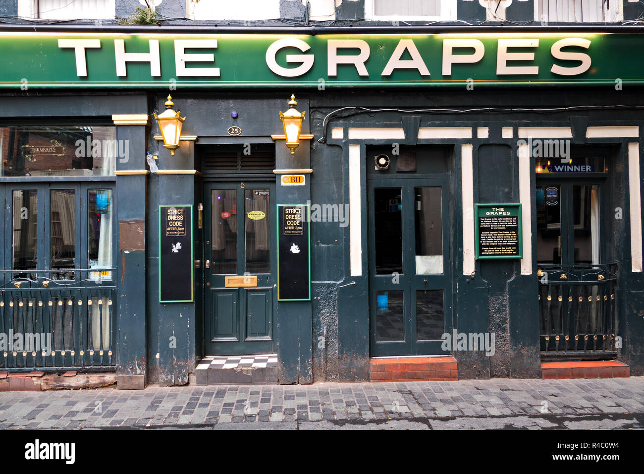Legendary Liverpool pub The Grapes on Mathew St Liverpool UK. The Beatles often used to have a drink there before performing at The Cavern opposite. - Stock Image