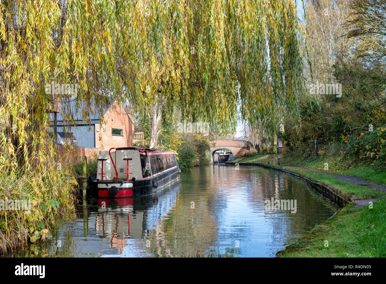 Canal boat on the oxford canal in autumn. Cropredy, Oxfordshire, England - Stock Image