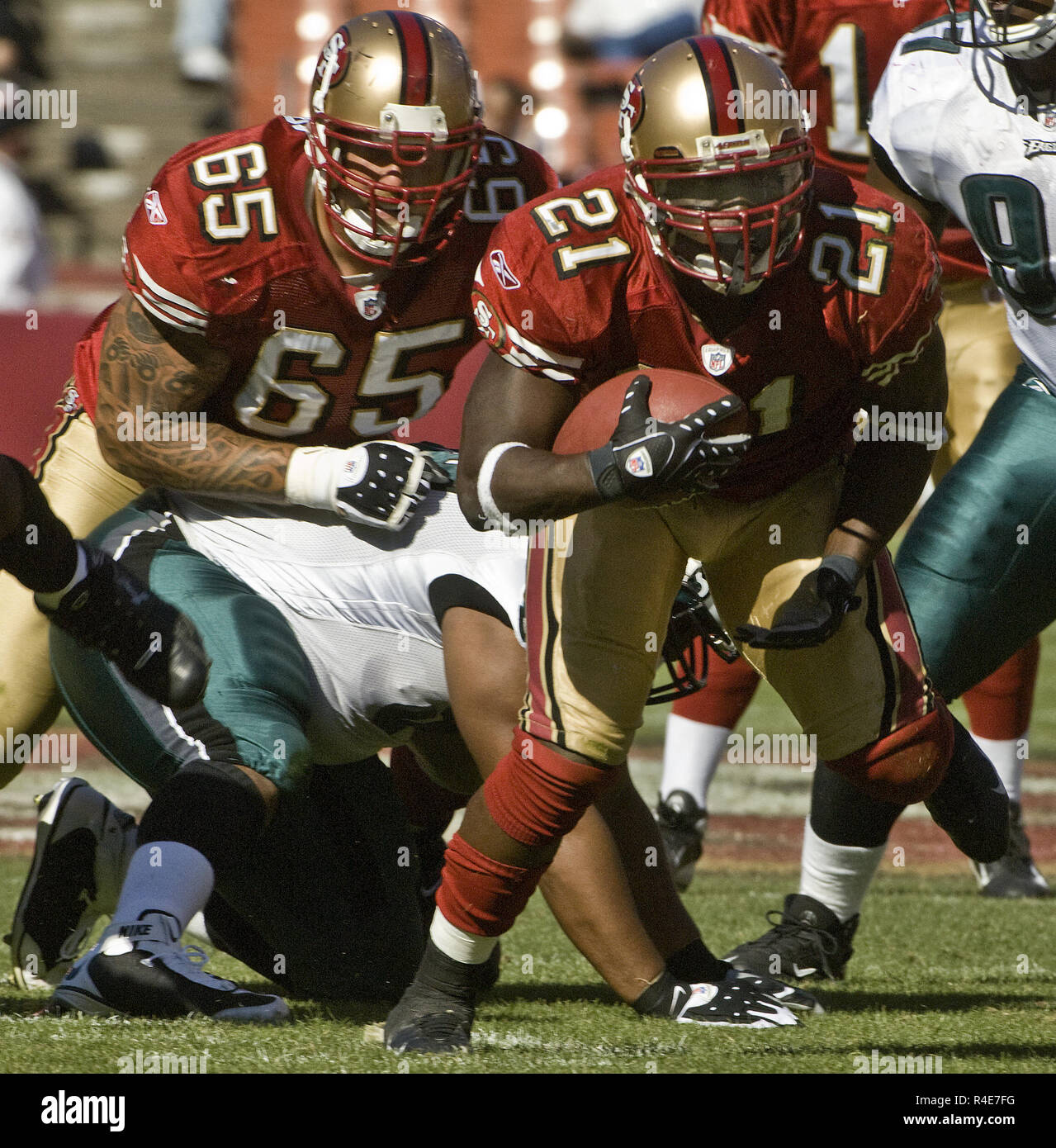 San Francisco, California, USA. 12th Oct, 2008. San Francisco 49ers running back Frank Gore #21 make yards with offensive tackle Barry Sims #65 help on Sunday, October 12, 2008 at Candlestick Park, San Francisco, California. Eagles defeated the 49ers 40-26. Credit: Al Golub/ZUMA Wire/Alamy Live News - Stock Image