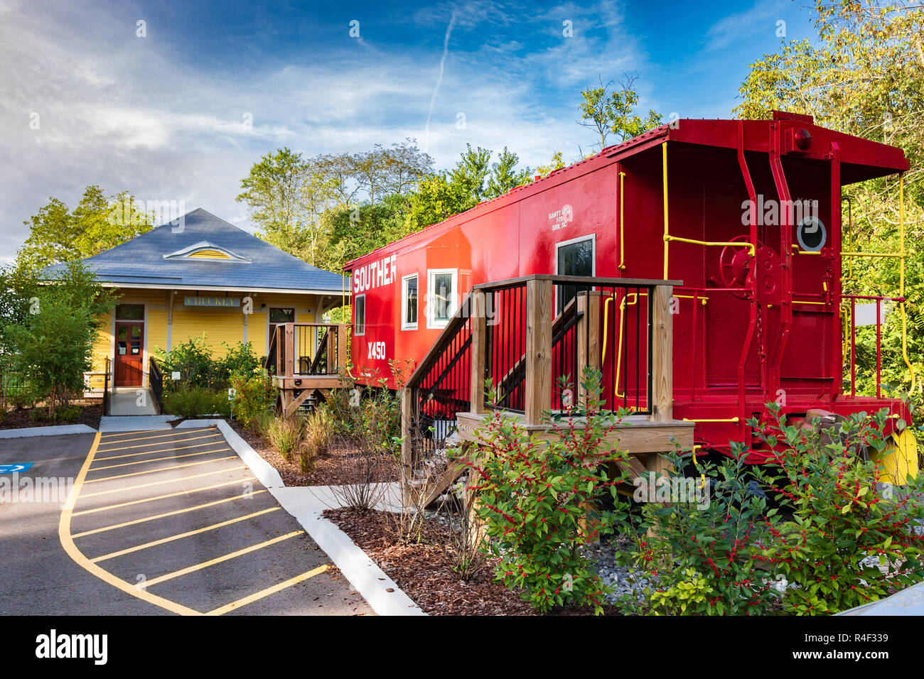 JONESBOROUGH, TN, USA-9/29/18:  The relocated Chuckey train depot and a caboose from the southern railway are displayed in historic Jonesborough. - Stock Image