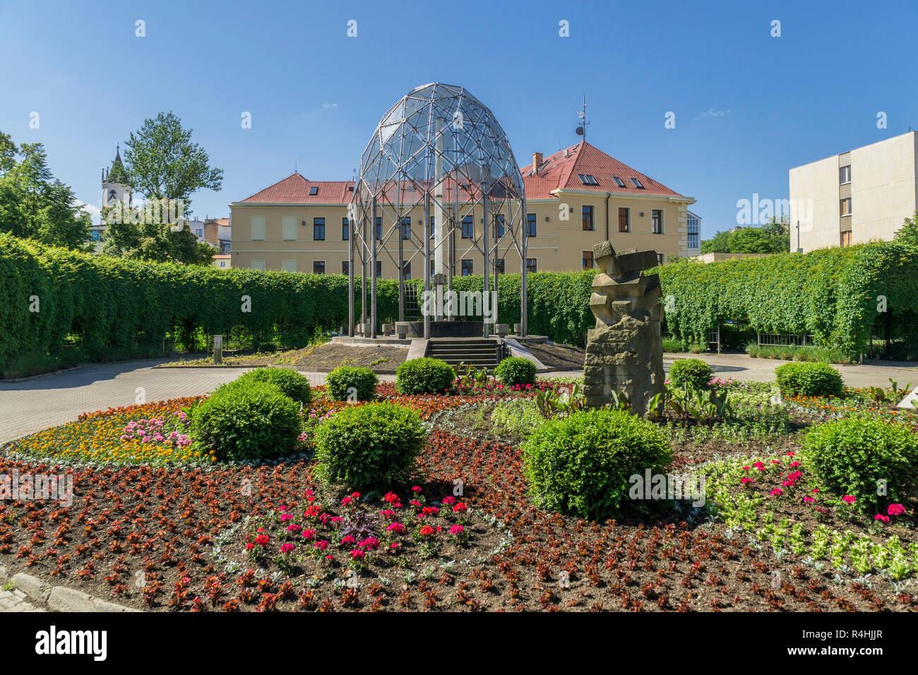 Kurort Teplice, Flower discounts in the Lázensk ý park with Fontána Mírové, Blumenrabatte im Lázenský park mit Fontána Mírové - Stock Image
