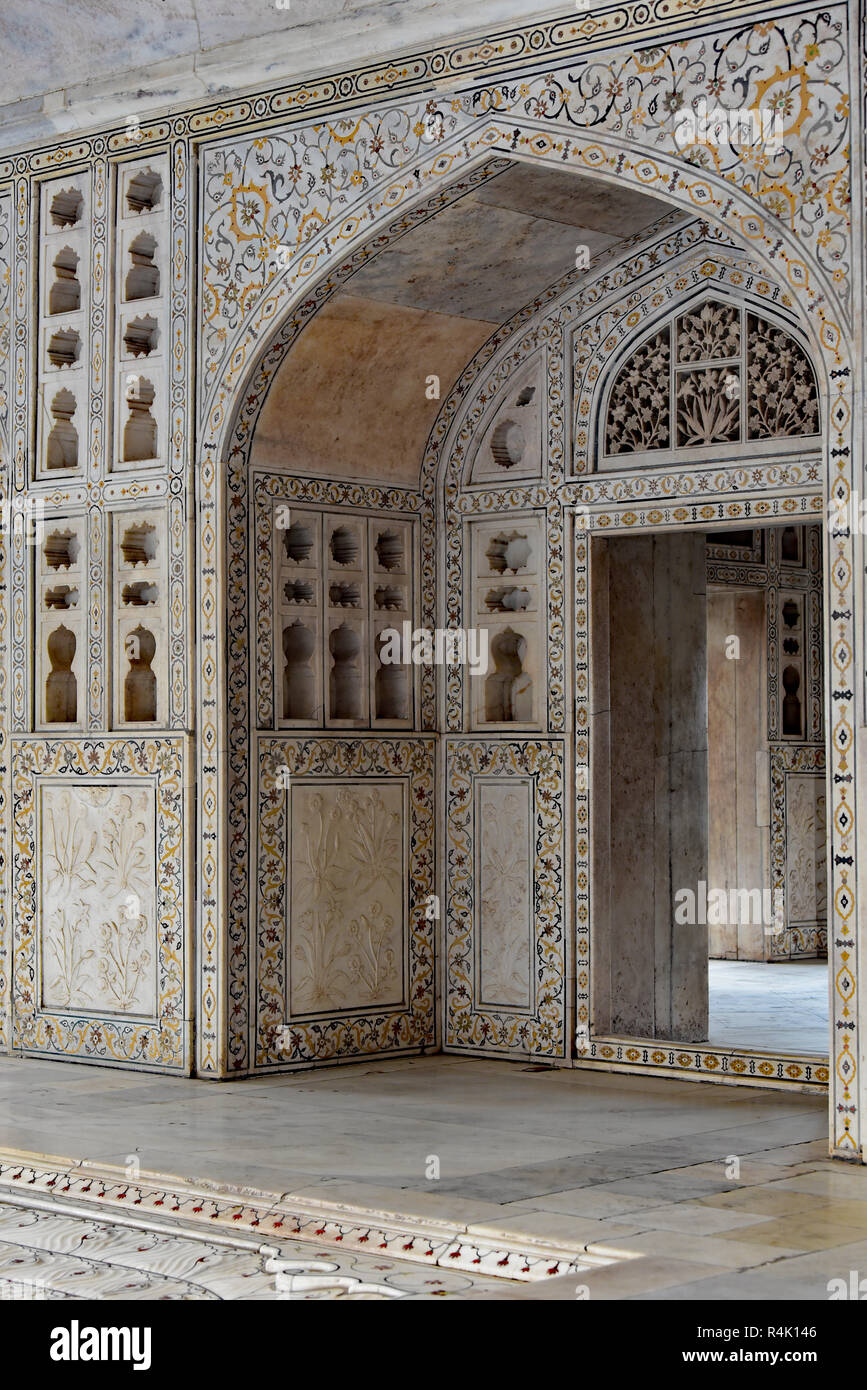 Ornamental entrance to the Diwan-I-Khas (Hall of Private Audiences), which housed the legendary Peacock Throne: Agra Fort, Uttar Pradesh, India, Asia. - Stock Image