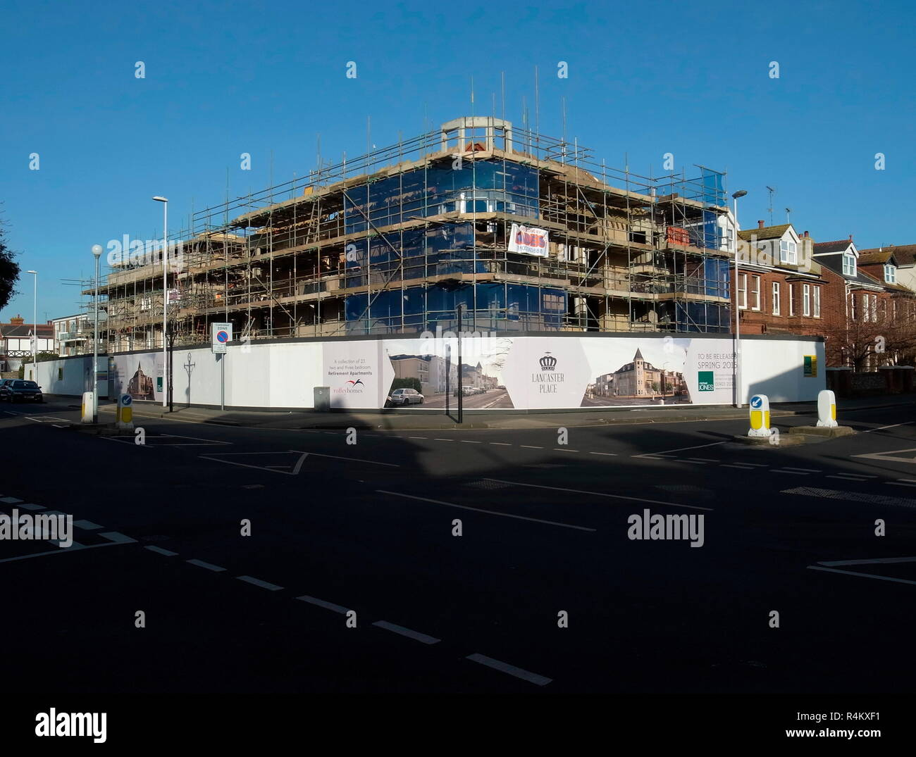AJAXNETPHOTO. 2015. WORTHING, ENGLAND. - LANCASTER PLACE - NEW RETIREMENT HOMES PROPERTY DEVELOPMENT UNDER CONSTRUCTION ON SITE OF THE OLD BANK ON CORNER OF ROWLANDS AND HEENE ROAD.  PHOTO:JONATHAN EASTLAND/AJAX REF:GR150802_4598 - Stock Image