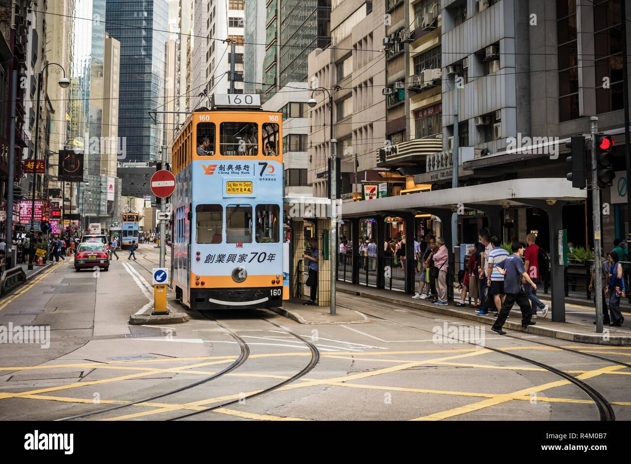 Street scene with trams in Sheung Wan, Hong Kong - Stock Image
