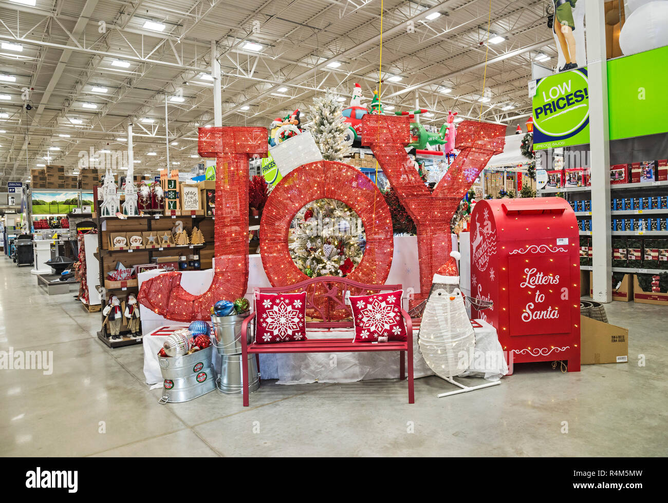 Lowes Christmas.Christmas Sales At Lowe S Outdoor Store Stock Photo
