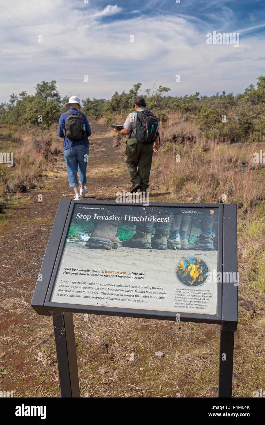 Hawaii Volcanoes National Park, Hawaii - A sign asks visitors to clean their shoes to prevent invasive species from spreading before hiking on the Pu' - Stock Image