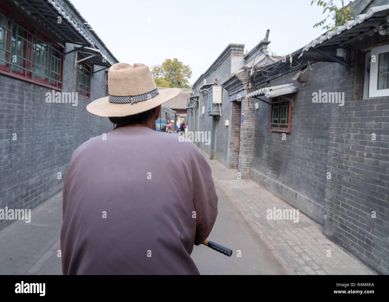 Rickshaw operator in Hutong district in Beijing - Stock Image