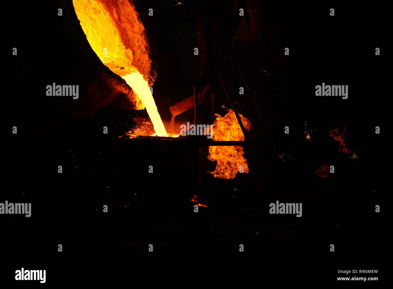 Trabajo en Fundición - Working in Foundry - Stock Image