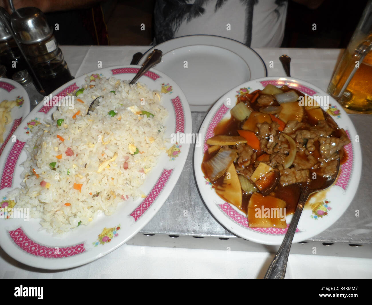 Chinese restaurant main course dish of Egg fried rice with Beef and vegetable in Black bean sauce - Stock Image