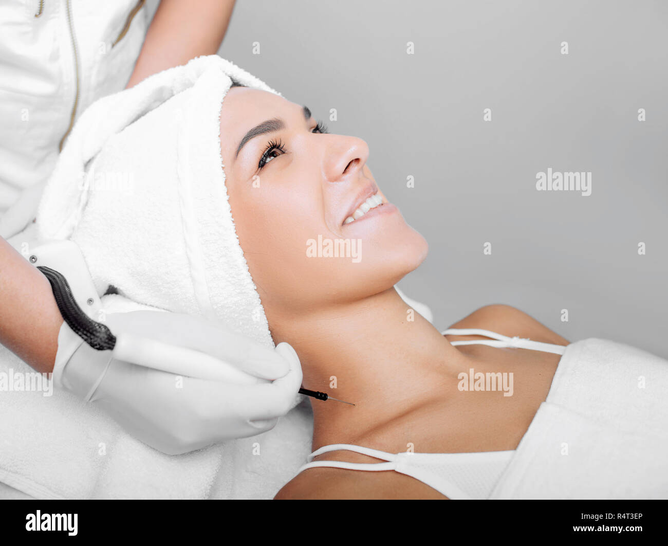 Wart removing on neck area at clinic - Stock Image