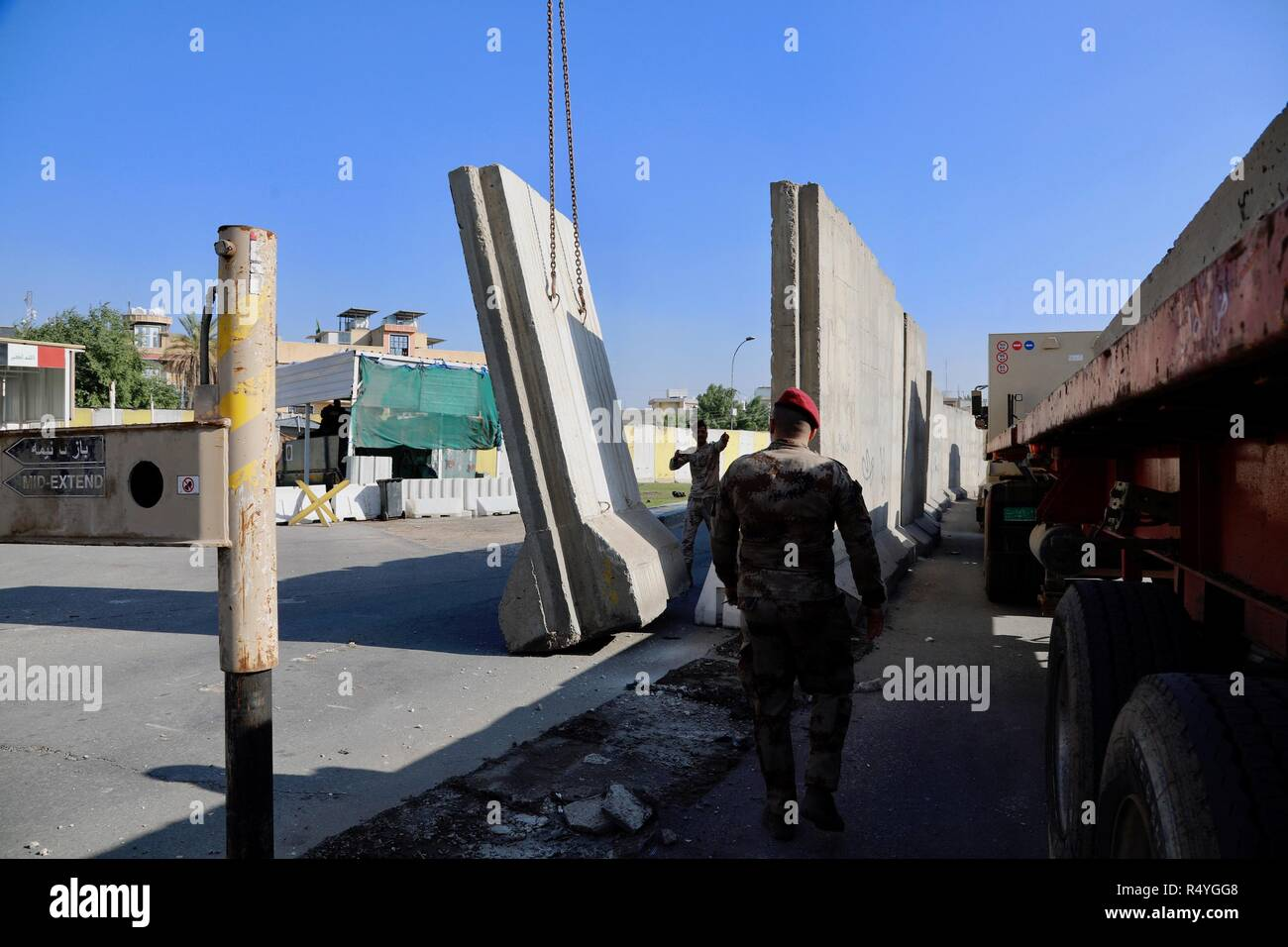 Baghdad, Iraq  28th Nov, 2018  Security members remove