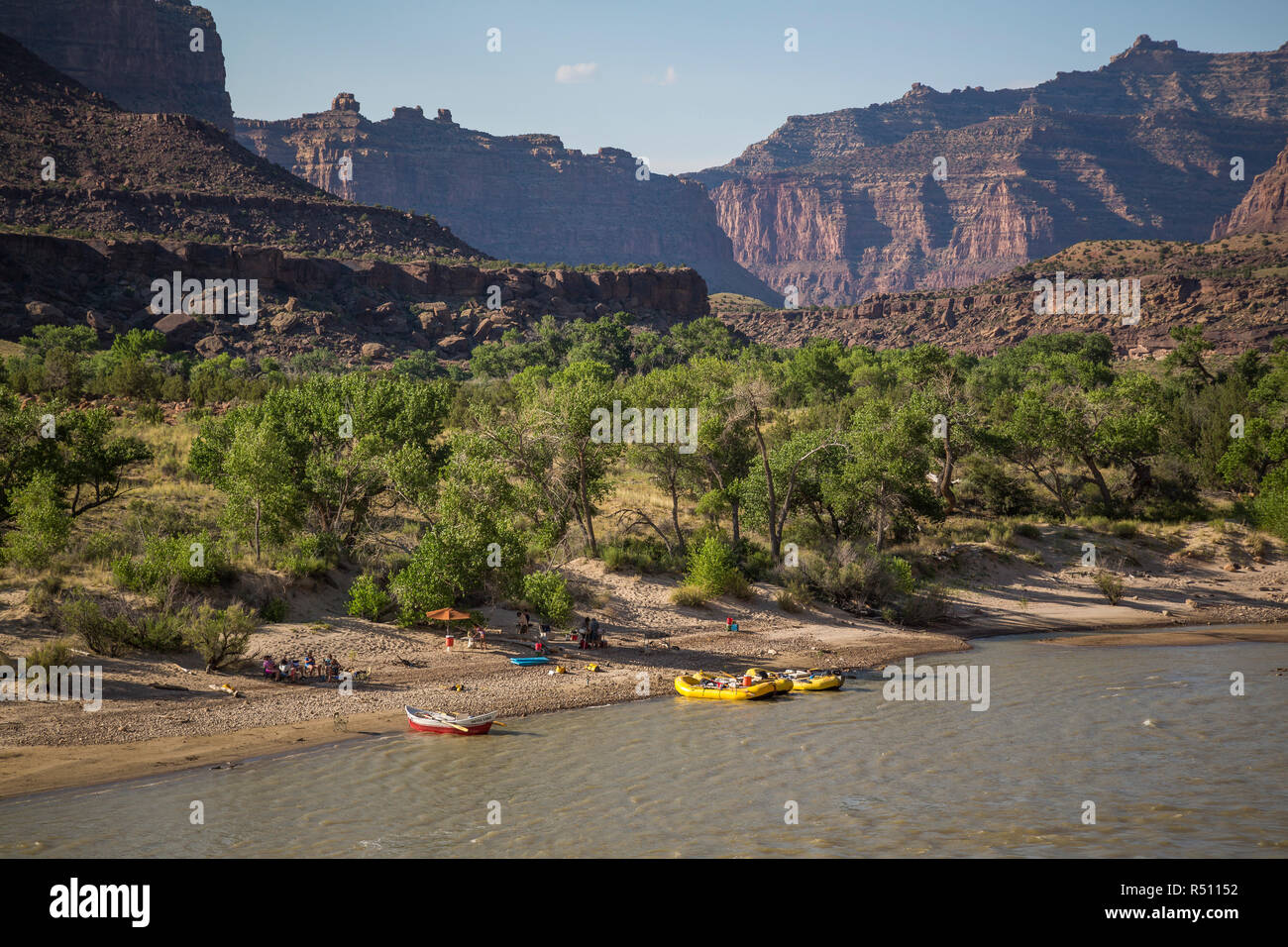 Distant view of camp and rafts on bank of Green River on Desolation/Gray Canyon section, Utah, USA - Stock Image