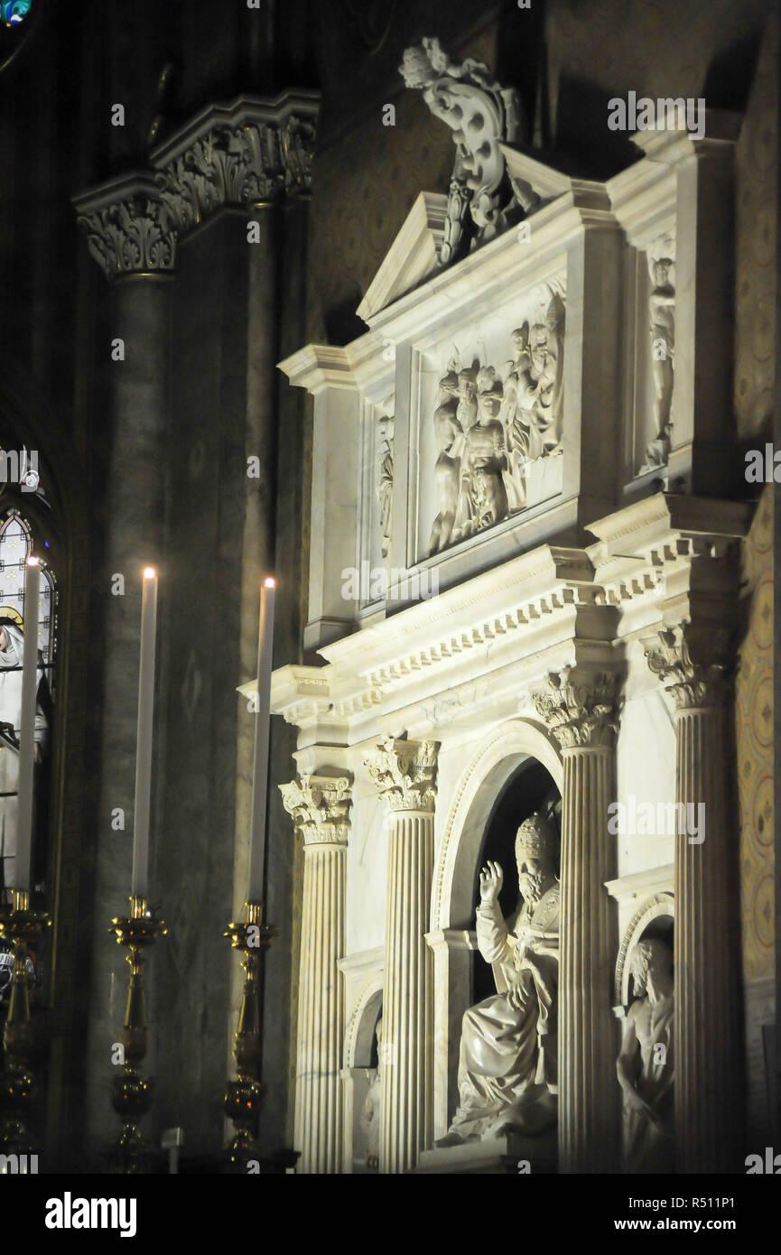 Renaissance tombs of the Medici Popes Leo X (Giovanni di Lorenzo de' Medici) and Clement VII (Giulio de Medici) designed by Baccio Bandinelli, in Goth Stock Photo