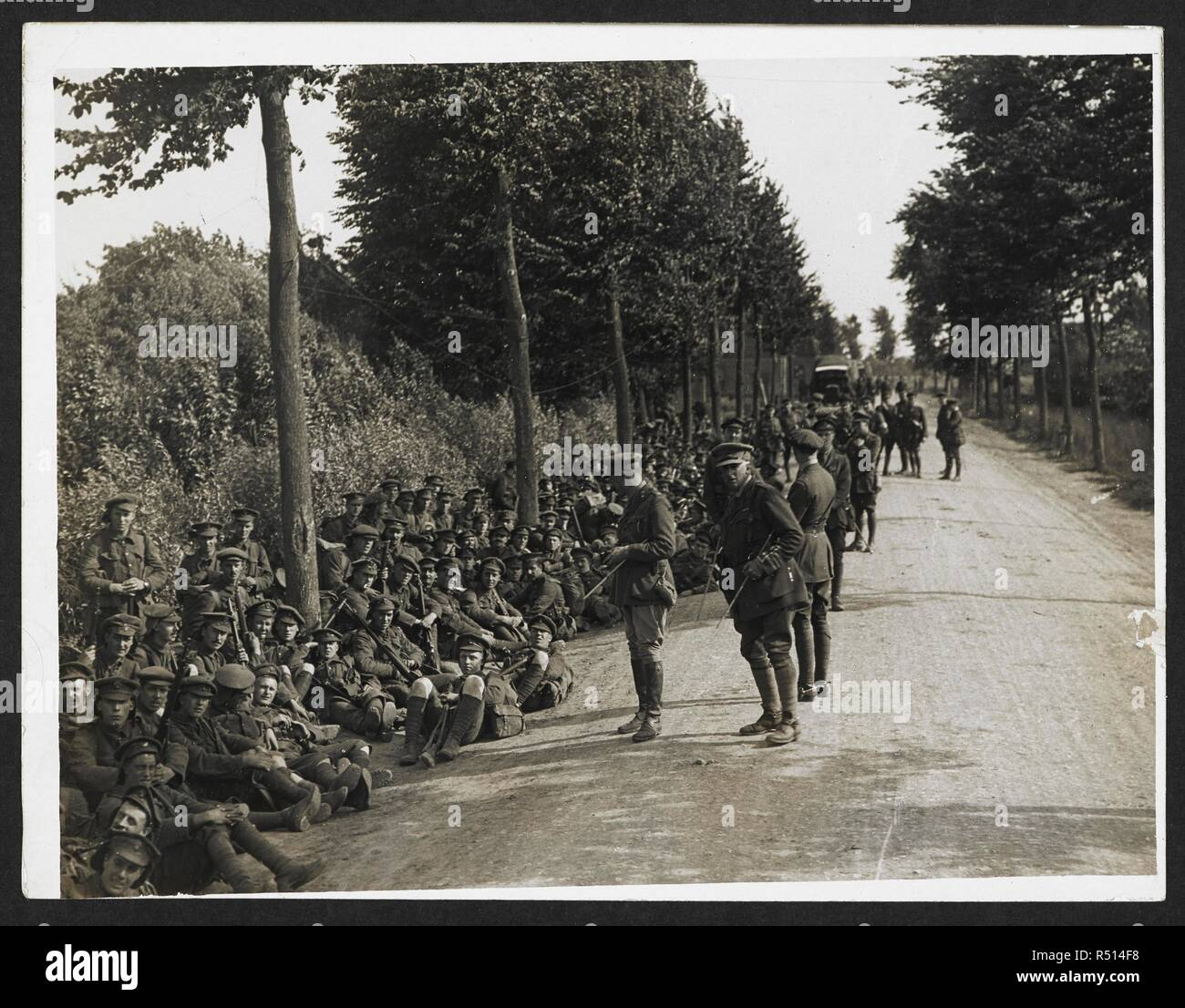 London Territorials resting on the march [Estaires La Bassée Road, France]. Men of the 3rd London Regiment resting by the roadside. 4 August 1915. Record of the Indian Army in Europe during the First World War. 20th century, 1915. Gelatin silver prints. Source: Photo 24/(235). Author: Girdwood, H. D. - Stock Image