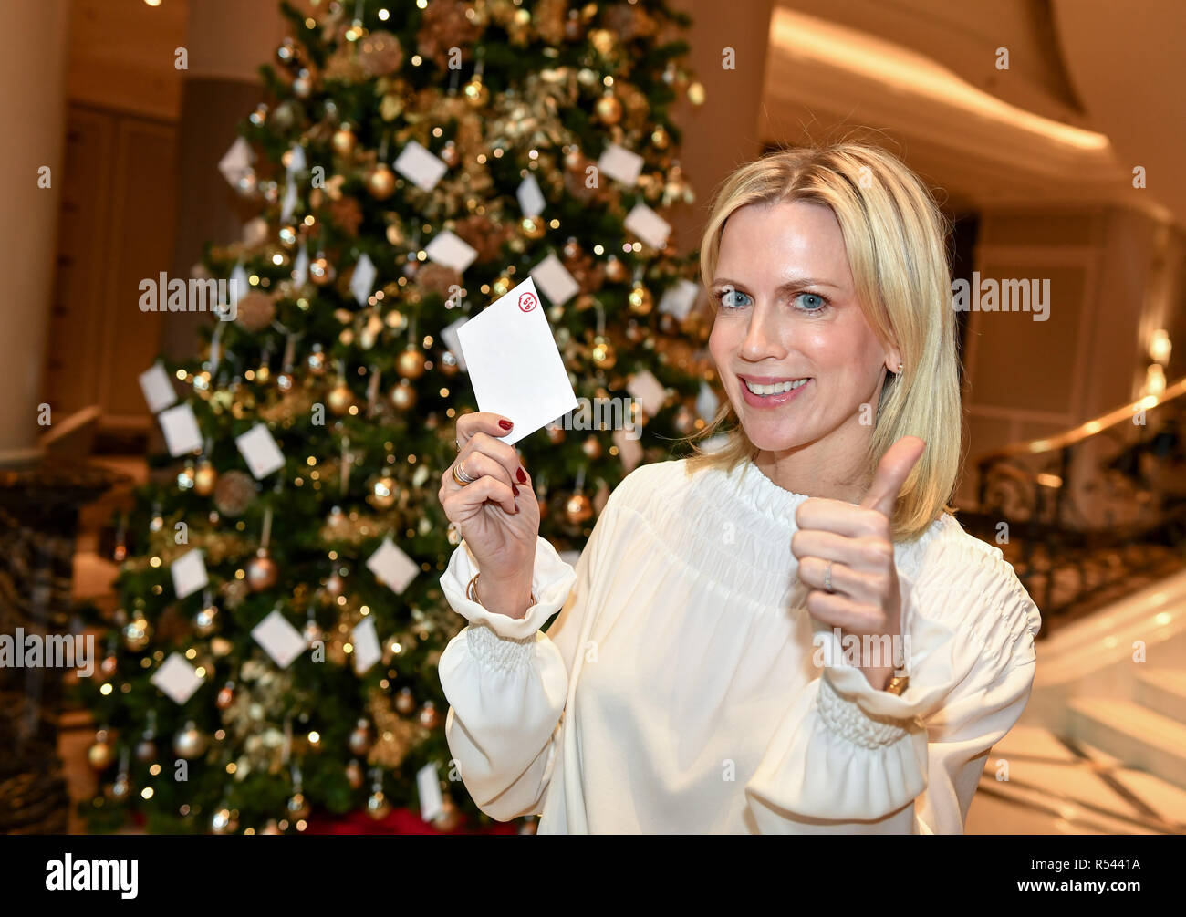 29 November 2018, Berlin: Tamara Countess von Nayhauß-Cormons, Ambassador of the Björn Schulz Foundation, opens the campaign 'Berlin fulfils the heart's desires of seriously ill children in cooperation with the Björn Schulz Foundation and the Hotel Ritz-Carlton' at the 'Giving Tree' in the Hotel Ritz-Carlton. Guests and interested parties can take a child's initially invisible wish off their hands and fulfil it. These are small, simple child wishes worth up to 40 euros. For over 20 years, the Björn Schulz Foundation has accompanied, relieved and strengthened families with children, adolescents - Stock Image