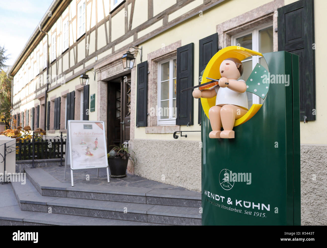 08 November 2018, Saxony, Grünhainichen: The headquarters of the Wendt&Kühn manufactory. Carving and the production of wooden toys are still an important branch of the economy in the Erzgebirge. The spectrum ranges from the classic two-man family business to large medium-sized companies. With almost 200 employees, Wendt&Kühn is one of the larger companies in the industry. Photo: Jan Woitas/dpa-Zentralbild/dpa - Stock Image