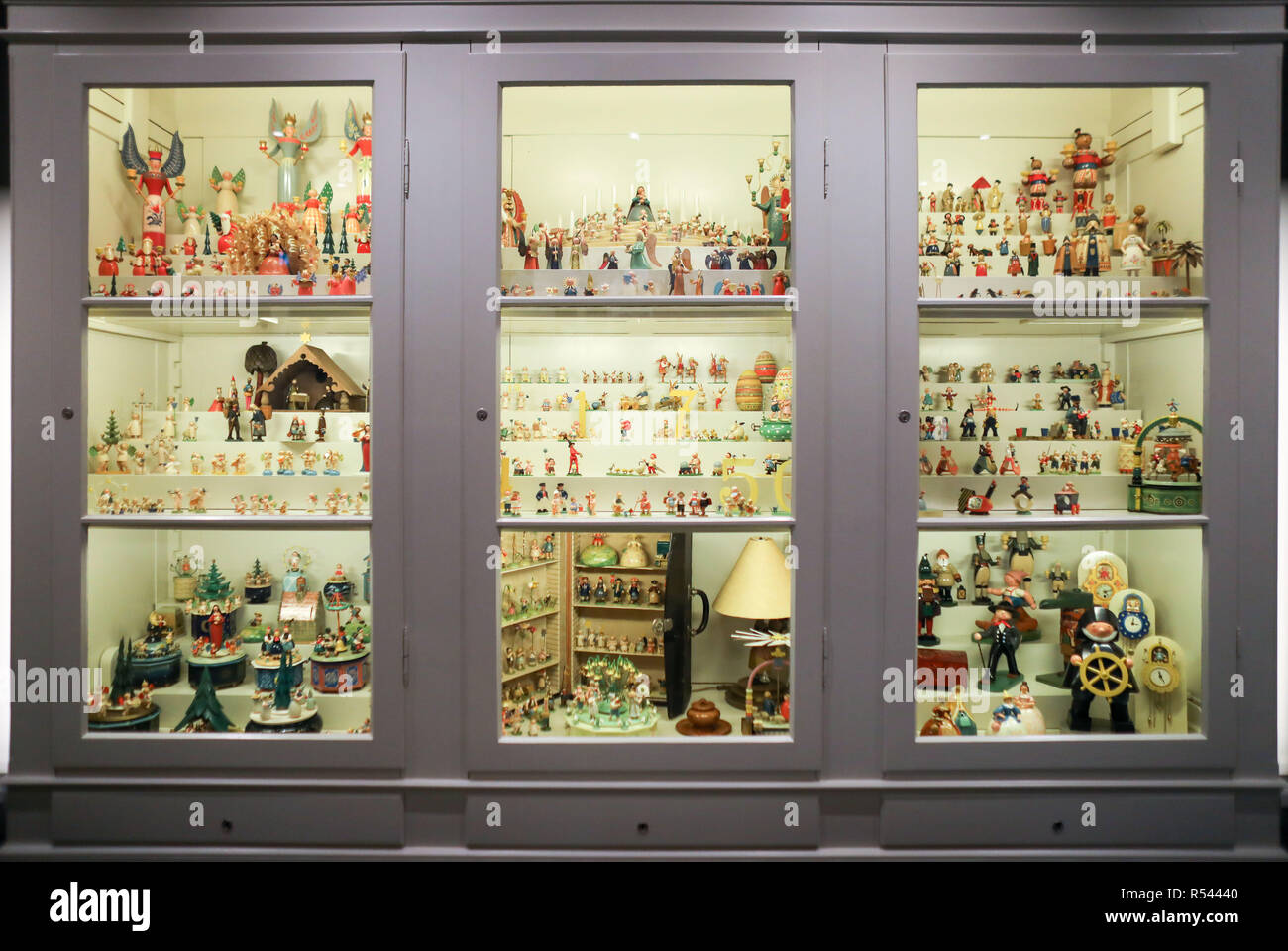 08 November 2018, Saxony, Grünhainichen: The Wendt&Kühn sample cabinet stands in the manufactory's world of experience. Carving and the production of wooden toys are still an important branch of the economy in the Erzgebirge. The spectrum ranges from the classic two-man family business to large medium-sized companies. With almost 200 employees, Wendt&Kühn is one of the larger companies in the industry. Photo: Jan Woitas/dpa-Zentralbild/dpa - Stock Image