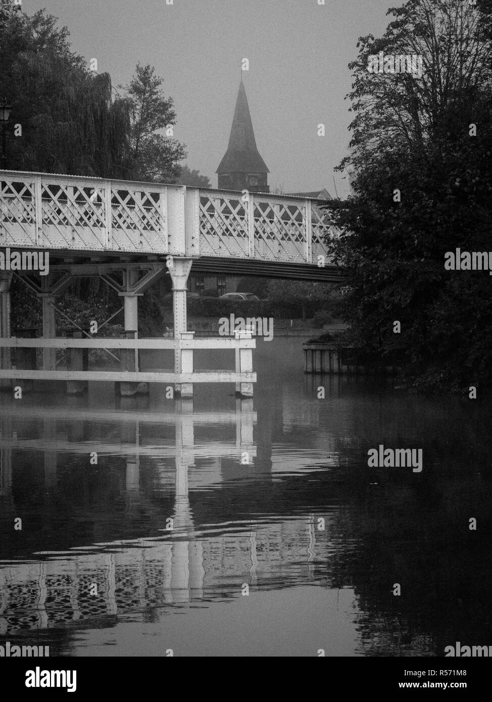 Early morning River Thames, Whitchurch Bridge, near Pangbourne-on-Thames, Reading, Berkshire Oxfordshire, Boarder, England, UK, GB - Stock Image
