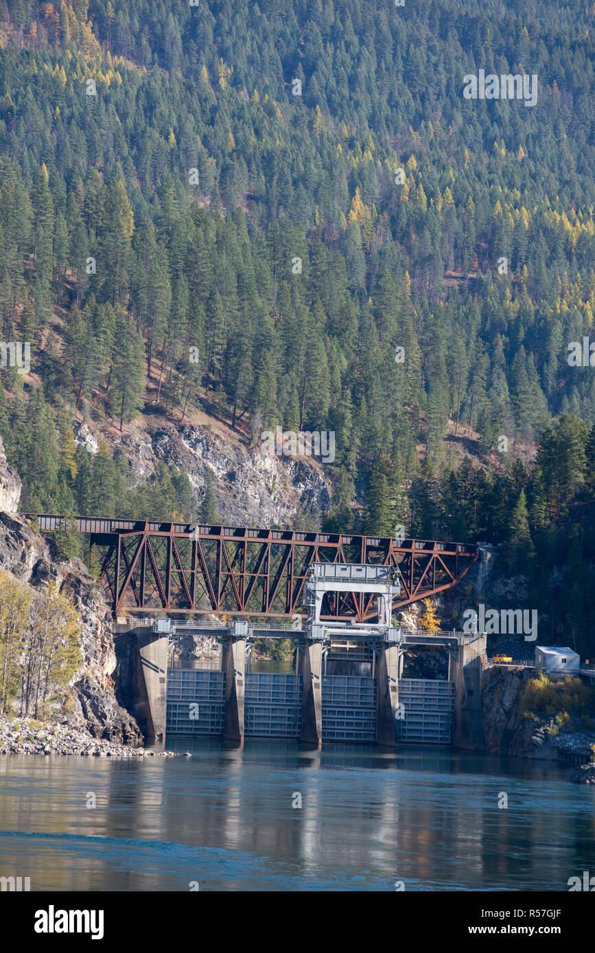 Box Canyon Dam and railroad bride, Pend Oreille River, Washington. - Stock Image
