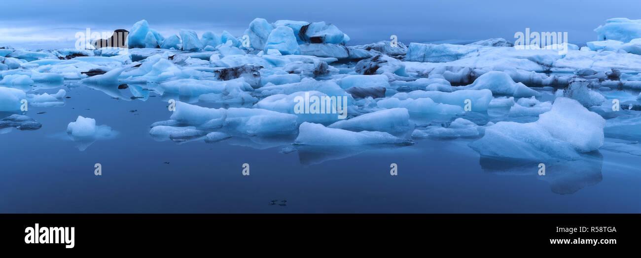 Blue shimmer in the glacier lagoon, Jökulsarlon, Iceland - Stock Image