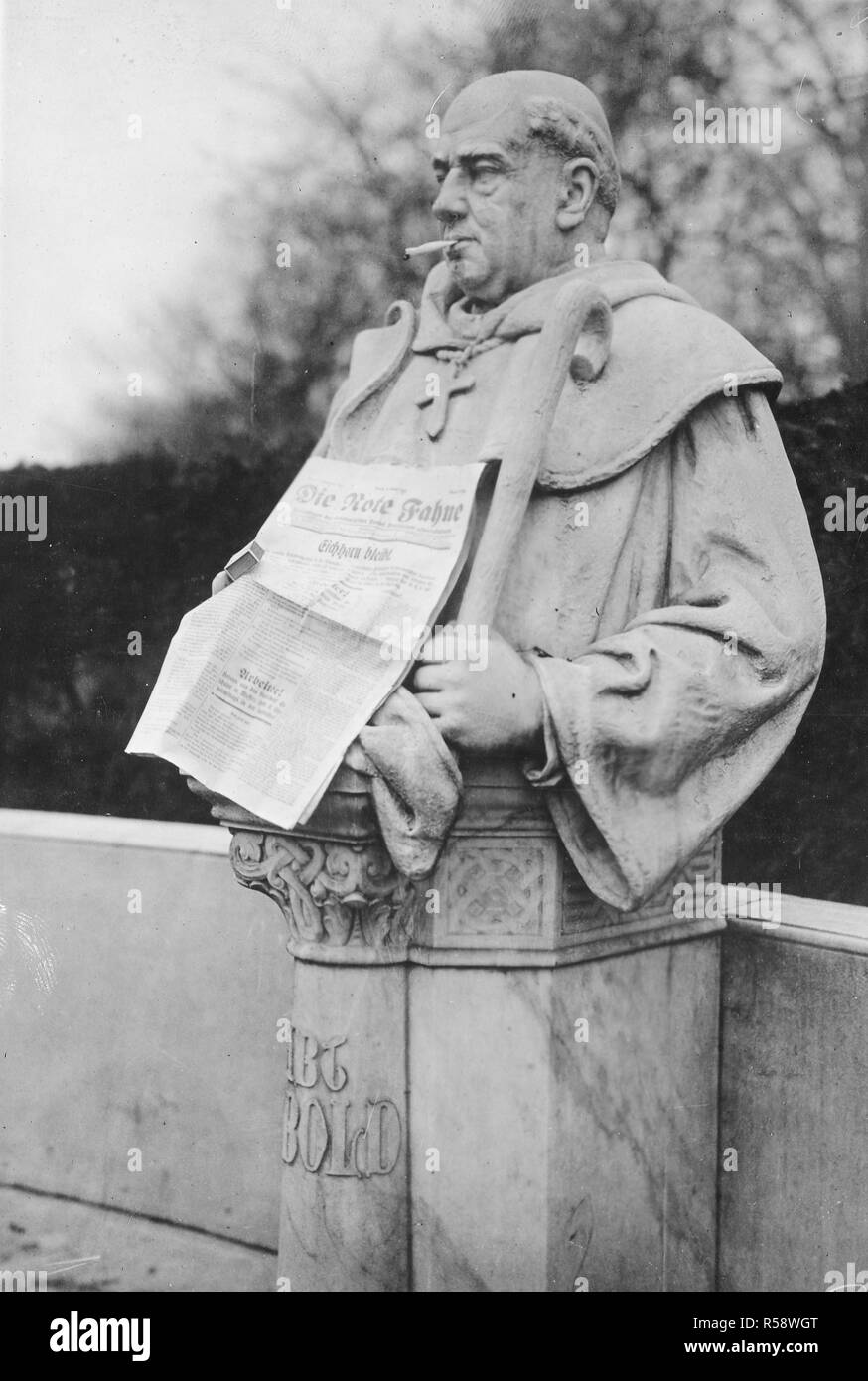 German Revolution - This statue one of hundreds on the Sieges Alle, representing the German rulers for 1,000 years, is decorated by a good natured Bolshevist, who put a cigarette in the statue's mouth, and official organ of the Spartacus, Red Flag in his had ca. 1918-1919 - Stock Image