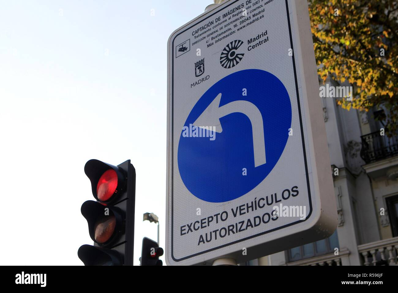 A traffic sign informs of new traffic regulation for Madrid city centre in Madrid, Spain, 30 November 2018. Madrid has kicked off from midnight a new traffic order that restricts the circulation for Madrid's downtown non resident drivers inside an area of 472 hectares in the centre of the capital. The initiative aims at reducing C02 emissions and means that non resident drivers who count with valid eco permission cars will not be able to run through the area unless they head for a public parking. The new rule, that will not come into force with punitive effect until March 2019, will not affect - Stock Image