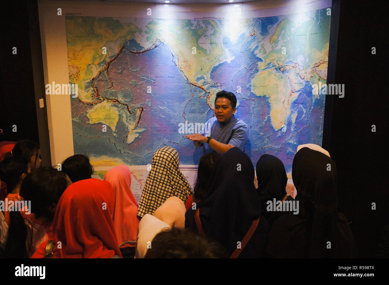 Yogyakarta, Indonesia. 30th Nov, 2018. A volcanologist explaining the kids about volcanoes history in Indonesia. This activity is a mitigation program for people that live under Merapi mountain. Credit: Galih Yoga Wicaksono/Alamy Live News - Stock Image