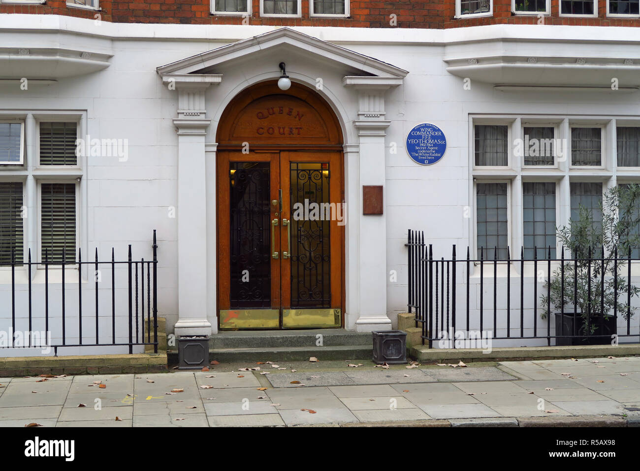 Blue plaque on building in Guilford Stteet, Bloomsbery, London in honour of Wing Cdr FFE 'Tommy' Yeo-Thomas, SOE officer during WW2 - Stock Image