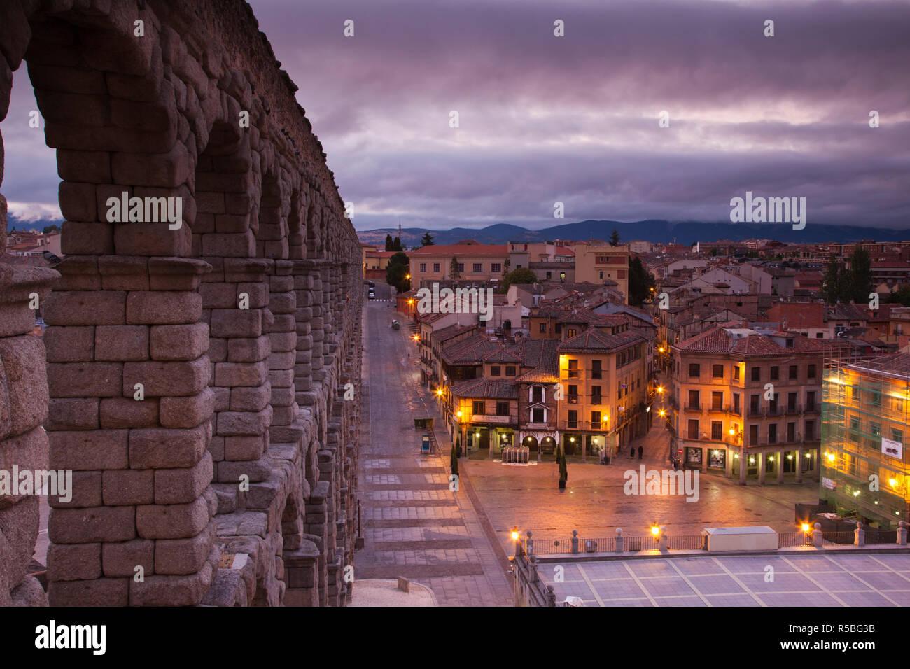 Spain, Castilla y Leon Region, Segovia Province, Segovia, town view over Plaza Azoguejo with El Acueducto, Roman Aqueduct - Stock Image