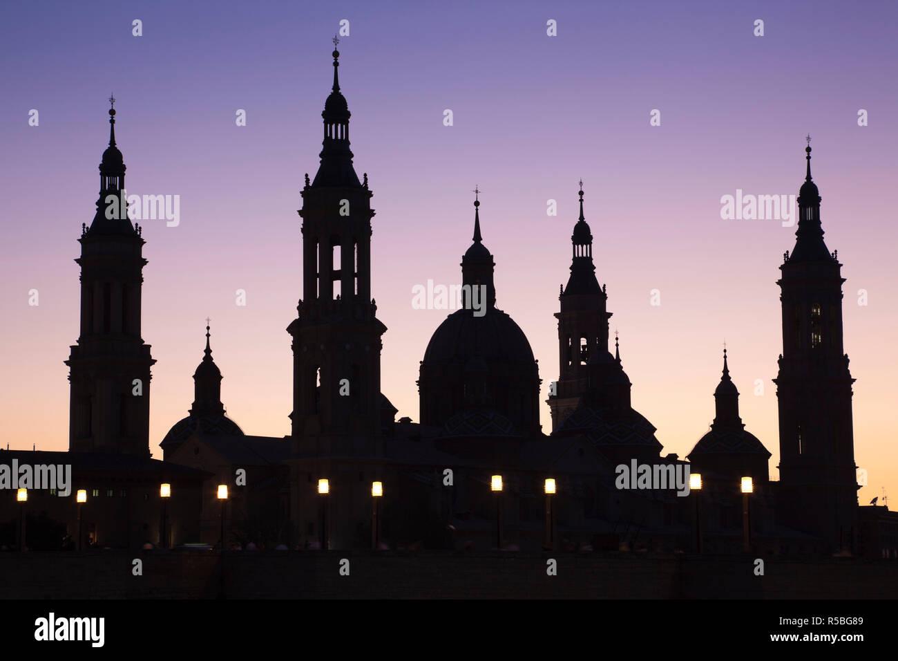 Spain, Aragon Region, Zaragoza Province, Zaragoza, Basilica de Nuestra Senora de Pilar and the Puente de Piedra bridge, on the Ebro River - Stock Image