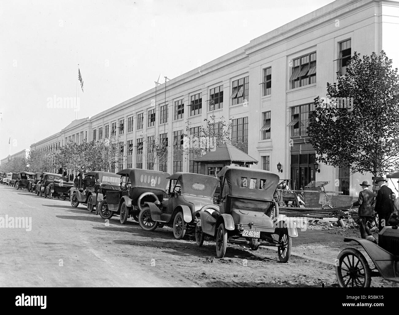 Cars parked in front of a government building in Washington D.C. ca. 1917-1919 - Stock Image