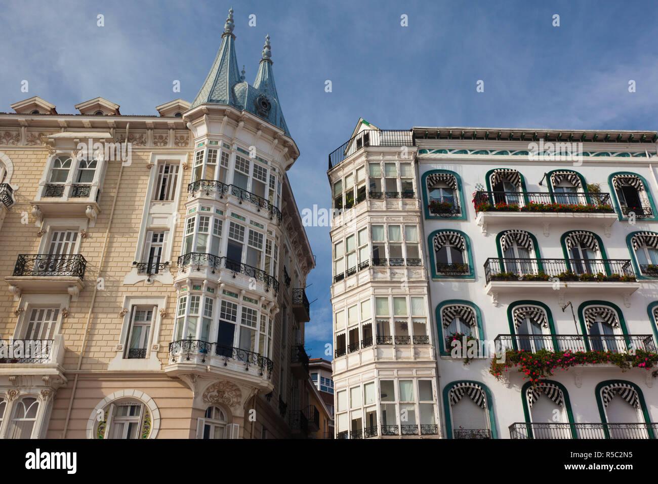 Spain, Cantabria Region, Cantabria Province, Castro-Urdiales, harborfront buildings - Stock Image