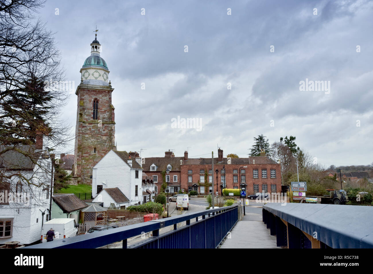 View of the historic small town of Upton-Upon-Severn and the Pepperpot tower, Worcestershire, UK in winter - Stock Image